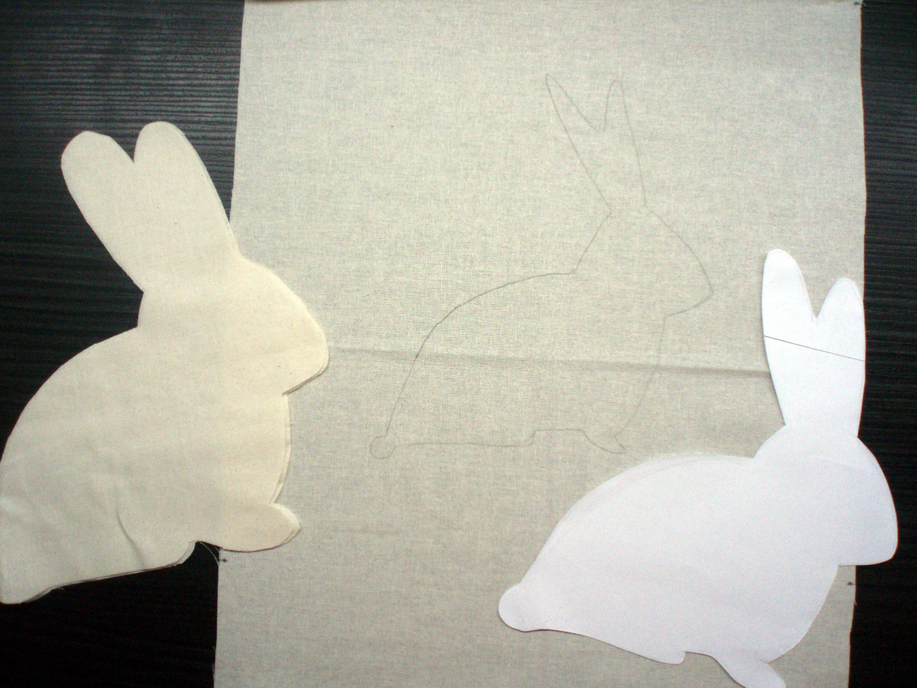 baa628e51 Z látky na zajka si tiež vystrihneme obrys, ten ale bude o 0,5cm väčší ako  predloha.
